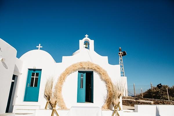 Bohemian στολισμός εισόδου εκκλησίας με pampas grass