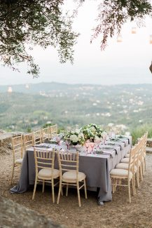 Ρομαντικός στολισμός γαμήλιου τραπεζιού με λευκές ορτανσίες και dusty pink πινελιές