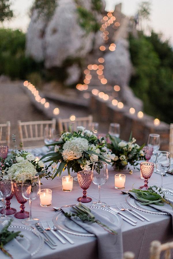 Ρομαντικός στολισμός τραπεζιού δεξίωσης με λευκές ορτανσίες και dusty pink πινελιές