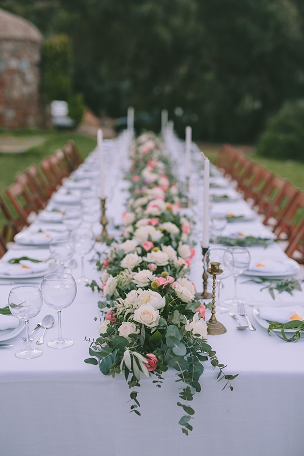 Ρομαντικός στολισμός τραπεζιού δεξίωσης με γιρλάντες λουλουδιών