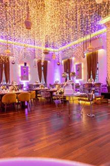 Ιδέες για έναν ρομαντικό φωτισμό δεξίωσης γάμου εσωτερικού χώρου