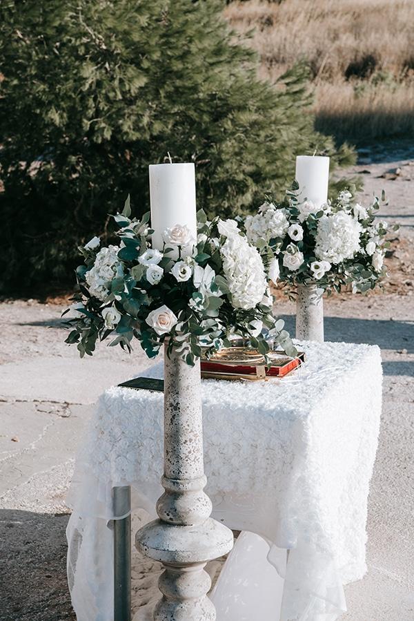Ρομαντικός στολισμός λαμπάδας με λευκά τριαντάφυλλα, λυσίανθο και ορτανσίες