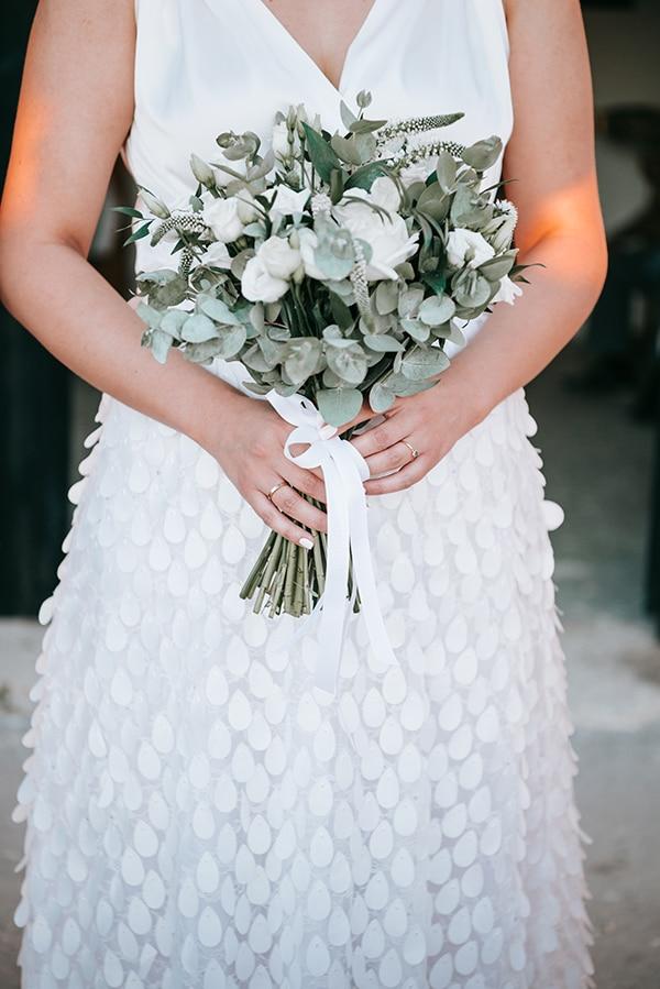 Ρομαντική ανθοδέσμη με λευκά τριαντάφυλλα, ευκάλυπτο και λυσίανθο