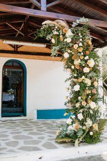 Bohemian στολισμός εισόδου εκκλησίας με pampas grass και τριαντάφυλλα σε ανοιξιάτικους χρωματισμούς