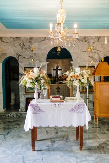 Bohemian στολισμός λαμπάδων εκκλησίας με pampas grass και τριαντάφυλλα
