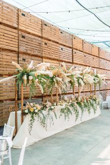 Bohemian στολισμός γαμήλιου τραπεζιού με pampas grass