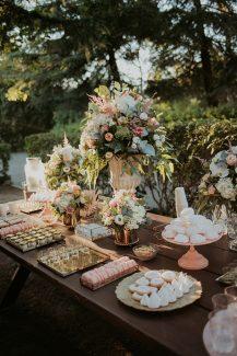 Ρομαντικός στολισμός ξύλινου dessert table γάμου με ορτανσιες, λυσίανθο και παιώνιες