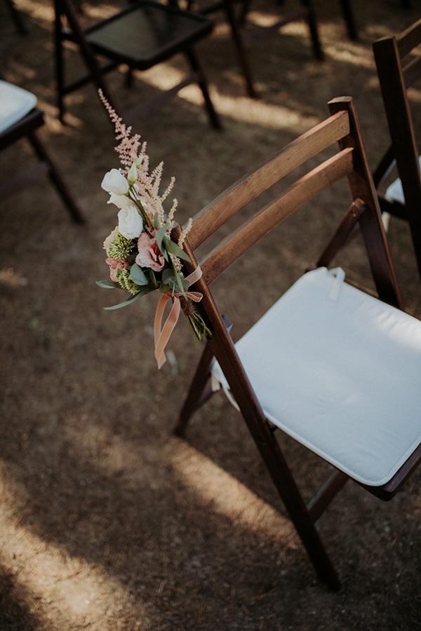 Στολισμός καρέκλας για τελετή γάμου με μπουκετάκι από άνθη