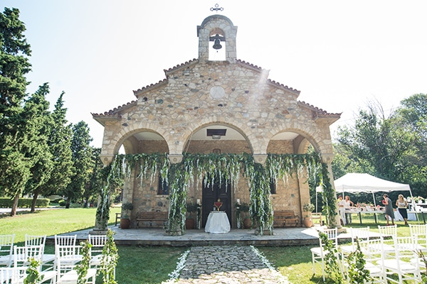 Πλούσιος ανθοστολισμός για μια εντυπωσιακή είσοδο εκκλησίας