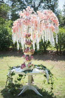 Ολάνθιστο dessert table με ιδιαίτερο διακοσμητικό δέντρο