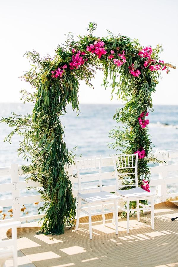 Iδανική αψίδα από πρασινάδα και μπουκαμβίλια για νησιώτικο γάμο