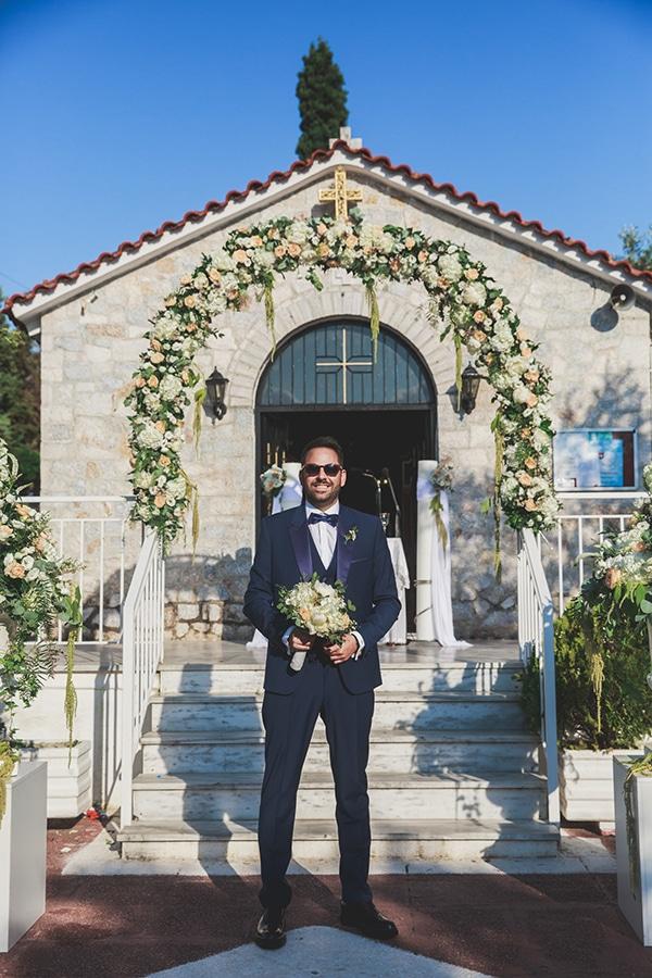 Πανέμορφη αψίδα λουλουδιών για την είσοδο εκκλησίας σε παστέλ αποχρώσεις