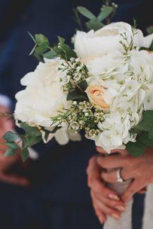 Ρομαντική νυφική ανθοδέσμη από παιώνιες και τριαντάφυλλα
