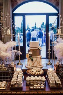 Μοντέρνος στολισμός dessert table με γεωμετρικά διακοσμητικά