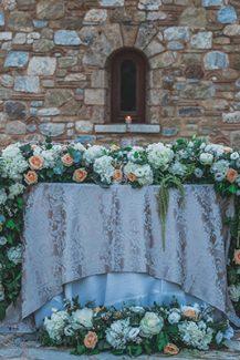 Eντυπωσιακός στολισμός για το γαμήλιο τραπέζι με πλούσιο ανθοστολισμό