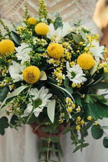 Ανοιξιάτικη ανθοδέσμη με μαργαρίτες και χαμομήλι σε έντονο κίτρινο χρώμα
