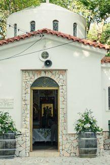 Vintage στολισμός εισόδου εκκλησίας με βαρέλια – ανθοστήλες