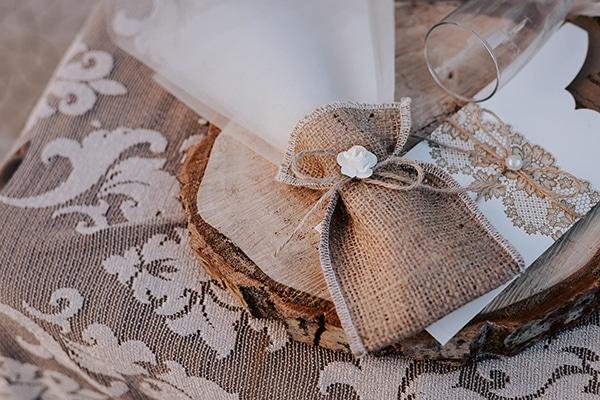 Ρουστίκ μπομπονιέρα – πουγκί γάμου από λινάτσα