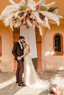 Bohemian στολισμός εισόδου εκκλησίας με εντυπωσιακά pampas grass και τριαντάφυλλα σε έντονα χρώματα