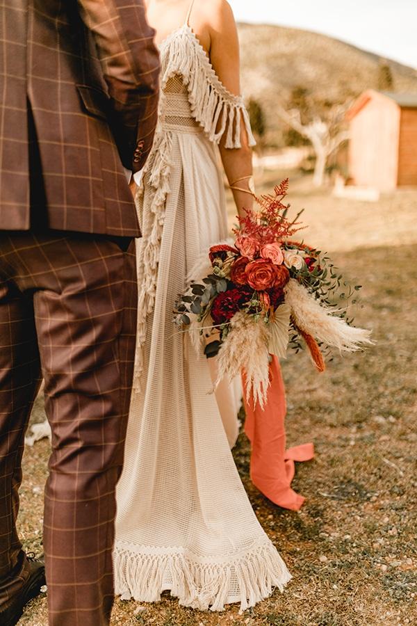 Bohemian ανθοδέσμη με pampas grass και τριαντάφυλλα σε έντονα χρώματα