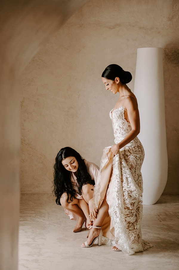 magical-wedding-Santorini-romantic-floral-design-unforgetable-wedding-party_05x