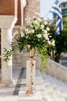 Στολισμός εισόδου εκκλησίας με rose gold αμφορείς και λευκές παιώνιες