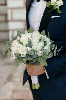 Ρομαντική ανθοδέσμη με λευκές τουλίπες και ευκάλυπτο