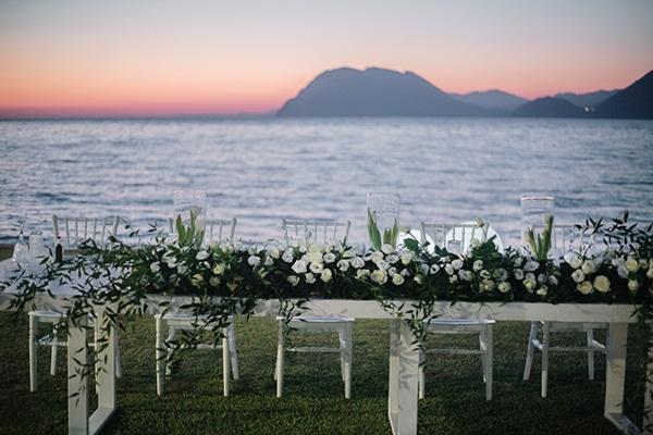 Ρομαντικός στολισμός γαμήλιου τραπεζιού με λευκές παιώνιες και πρασινάδα