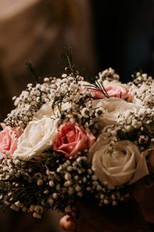 Στρογγυλή νυφική ανθοδέσμη με τριαντάφυλλα και γυψοφίλη