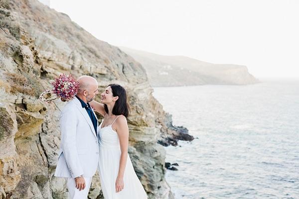 Ρομαντικός καλοκαιρινός γάμος στη Σίφνο με λουλούδια του αγρού σε φούξια – μωβ αποχρώσεις │ Μαρία & Νίκος