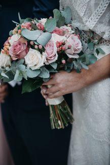 Στρογγυλή νυφική ανθοδέσμη με ευκάλυτπο και τριαντάφυλλα στα χρώματα του λευκού και dusty pink