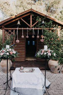 Υπέροχος στολισμός λαμπάδων εκκλησίας με τριαντάφυλλα σε λευκές και ροζ αποχρώσεις