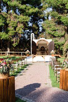 Ρουστίκ στολισμός εισόδου εκκλησίας με λουλούδια σε πολύχρωμους τόνους