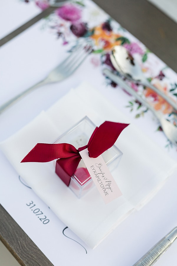 Όμορφη μπομπονιέρα – κουτάκι με κορδέλα σε φούξι χρώμα