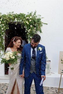 Ρομαντικός στολισμός εισόδου εκκλησίας με λευκά τριαντάφυλλα, πρασινάδα και ελιά