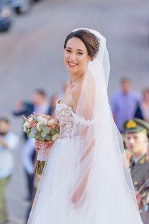 Ρομαντική νυφική ανθοδέσμη με λευκά και peach τριαντάφυλλα
