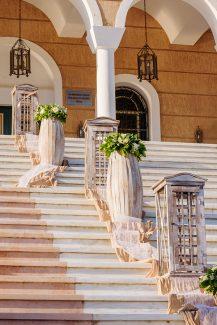 Παραμυθένιος στολισμός εισόδου εκκλησίας σε λευκούς και πράσινους τόνους