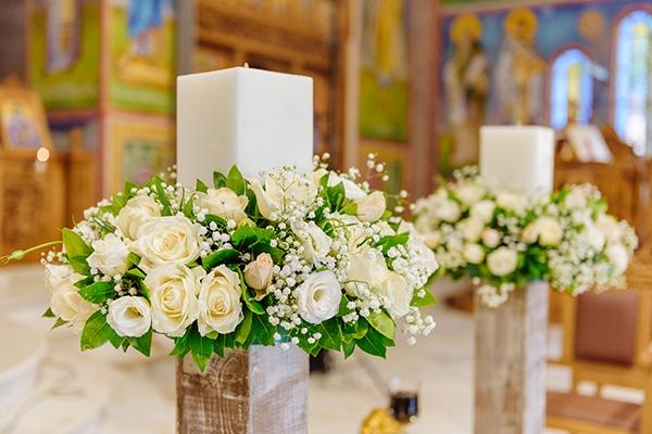 Ρομαντικός στολισμός λαμπάδων εκκλησίας σε ξύλινα stands