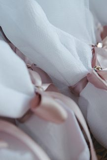 Υπέροχες μπομπονιέρες με ρομαντικά στοιχεία σε λευκό χρώμα