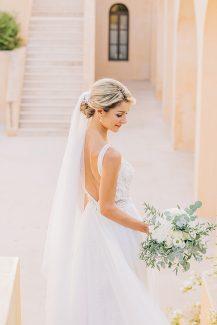 Ρομαντική ασσύμετρη νυφική ανθοδέσμη με ευκάλυπτο, ελιά και τριαντάφυλλα