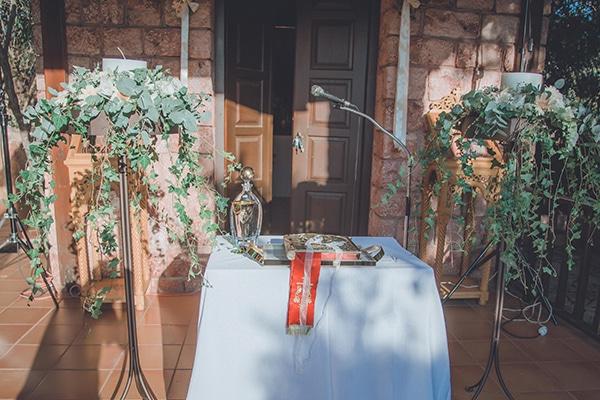 Ρομαντικός στολισμός λαμπάδων εκκλησίας με λευκές παιώνιες και ευκάλυπτο