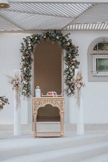 Ρομαντικός στολισμός εισόδου εκκλησίας με μποεμ πινελιές