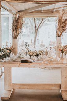 Ξύλινο dessert table με τριαντάφυλλα σε λευκές – peach αποχρώσεις και μποέμ πινελιές
