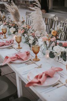 Ρομαντικός – bohemian στολισμός τραπεζιού δεξίωσης με τριαντάφυλλα και pampas grass