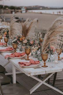 Ρομαντικός – bohemian στολισμός γαμήλιου τραπεζιού με τριαντάφυλλα και pampas grass