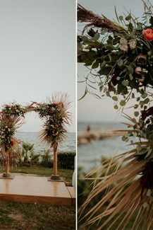 Εντυπωσιακή αψίδα δεξίωσης γάμου με φύλλα φοίνικα, ευκάλυπτο άλλα άγρια λουλούδια