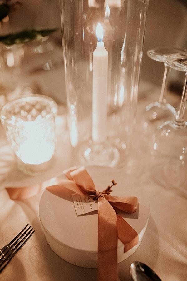 Ρομαντική μπομπονιέρα γάμου σε λευκό – κυκλικό κουτάκι