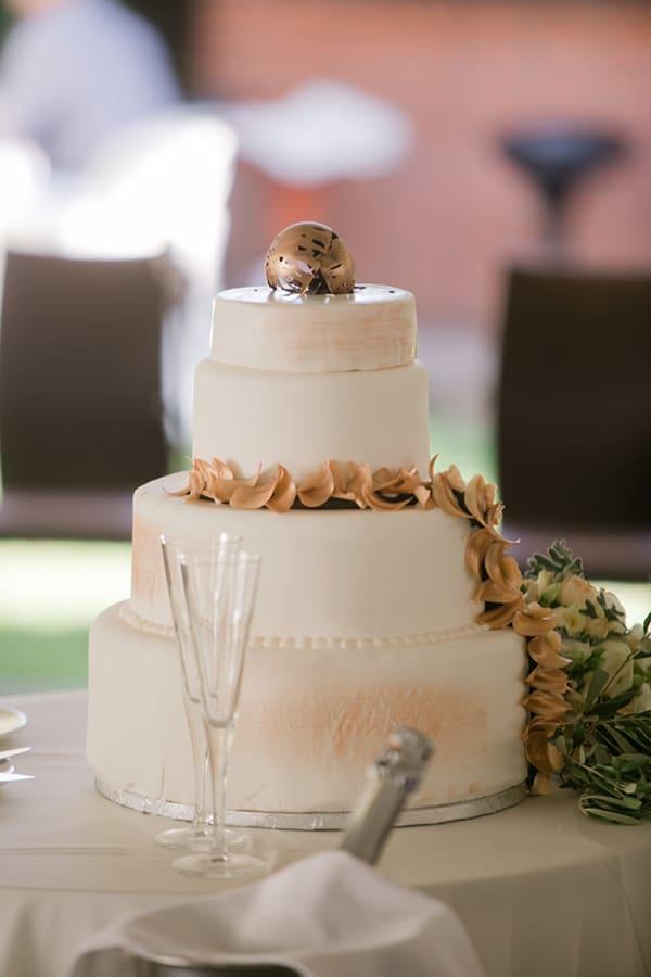 Τετραώροφη τούρτα γάμου σε λευκό χρώμα και χρυσές πινελιές