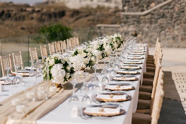 Ρομαντικός στολισμός τραπεζιού δεξίωσης με μπουκετάκια από λευκές ορτανσίες, λυσίανθο και τριαντάφυλλα