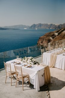 Ρομαντικός στολισμός γαμήλιου τραπεζιού με ανθοσύνθεση από λευκές ορτανσίες, λυσίανθο και τριαντάφυλλα